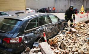 Crolla muro di 4 metri, danni ad auto parcheggiate