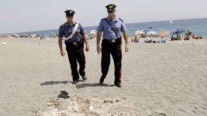 Fulmine si abbatte sulla spiaggia, feriti 2 fratelli