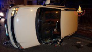 Fiat Panda perde il controllo e si ribalta, ferita la conducente