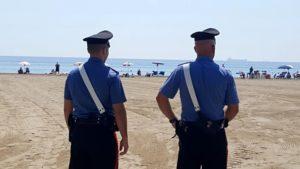 In giro per la spiaggia seminudo e ubriaco, 36enne denunciato