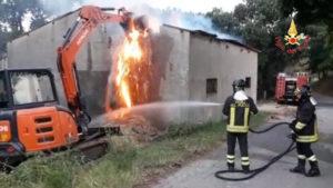 In fiamme a Chiaravalle struttura adibita a fienile