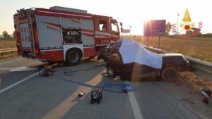 Sconto tra due auto sulla Statale 106, un morto e due feriti il tragico bilancio