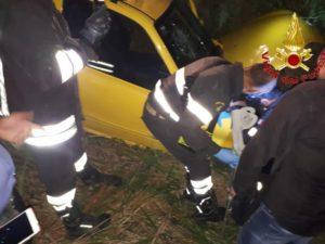 Resta incastrato nella propria auto dopo incidente, liberato dai Vigili del Fuoco
