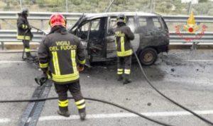 Auto in fiamme nel comune di Argusto, conducente in salvo