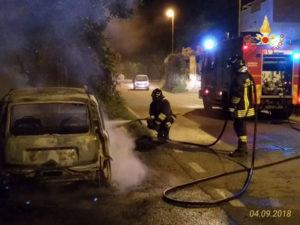 Davoli – In fiamme nella notte auto parcheggiata a bordo strada