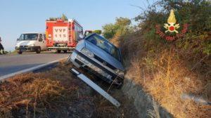 Auto perde il controllo sulla Ss 106 e finisce in canale, ferito il conducente