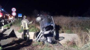 Auto finisce fuori strada sulla Statale 106, muore 31enne