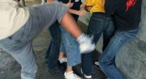 Lite fra bambini, genitore costringe i ragazzini a baciare i piedi al figlio