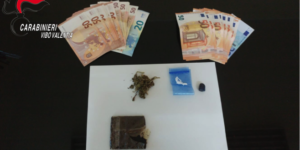 Stupefacente di vario tipo e denaro in casa, un arresto ed una denuncia