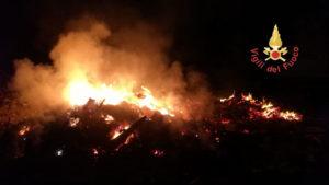 Grosso incendio nel cantiere del nuovo lungomare di Monasterace