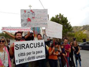 Al via manifestazione a Riace, in migliaia per solidarietà a Mimmo Lucano