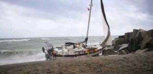 Naufragio di una barca a vela, nessuno a bordo. Si cercano eventuali dispersi