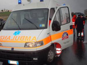 Auto sbatte contro il guardrail sulla Ss 106, muore una donna di 31 anni