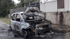 Auto di un gommista distrutta dalle fiamme nella notte, indagini