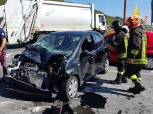 Scontro tra un'auto ed un camion dei rifiuti, ferita una donna