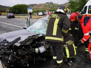 Scontro tra auto sulla Statale 107, quattro feriti