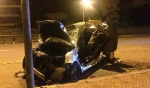 Auto sbatte violentemente nella notte. Muore il conducente, in gravi condizioni il passeggero
