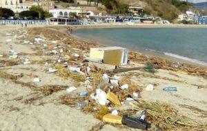 Rifiuti in spiaggia, a Satriano multiamo con le foto-trappole!