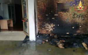 """Soverato – Incendio all'ingresso della """"Ragioneria"""", avviate indagini"""