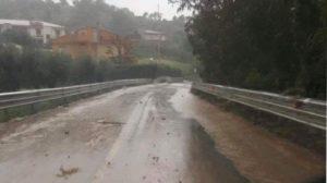 Il maltempo flagella la Calabria, auto si ribalta sulla Ss 106