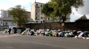 Spettacolo indecoroso davanti il Liceo Campanella di Lamezia Terme