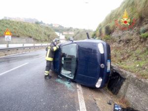 Volkswagen Golf si ribalta a Catanzaro, ferito il conducente