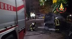 Auto in fiamme nella notte, indagini in corso