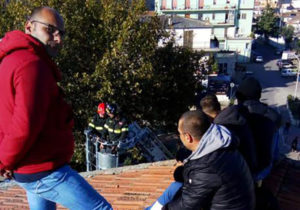 Operai licenziati protestano sul tetto di una scuola