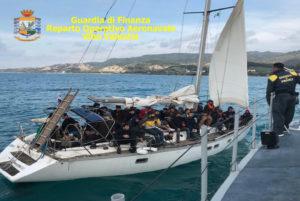 Intercettato nello Jonio un veliero con 61 migranti a bordo