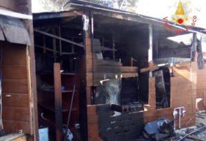 In fiamme una struttura balneare, danni anche all'interno dei locali