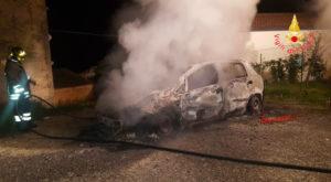 Auto in fiamme nella notte a Guardavalle, accertamenti in corso