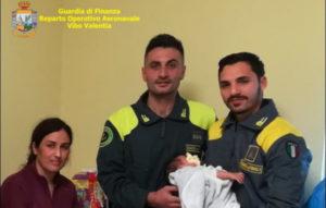 Sbarco di migranti in Calabria, madre e neonato salvati dai finanzieri