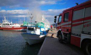 Incendio in un'imbarcazione al porto di Roccella Jonica