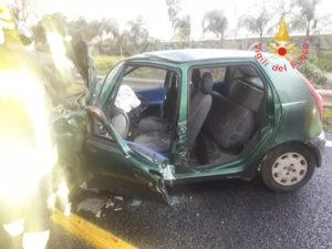 Auto sbanda e finisce contro il guardrail, conducente ferito