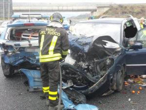 Auto travolge una pattuglia della Polizia stradale sull'A2, ferito gravemente il conducente