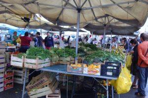 Sequestrate buste di plastica non biodegradabili nel mercatino di Soverato
