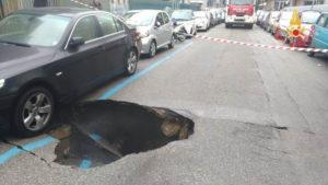 Catanzaro – Si apre una voragine in strada, auto danneggiate e traffico in tilt