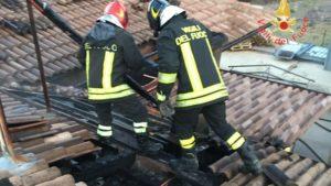 Tetto in legno di un locale distrutto da un incendio