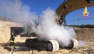 Escavatore in fiamme nel catanzarese, intervento dei vigili del fuoco