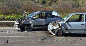Incidente fra tre auto sulla Statale 106, feriti