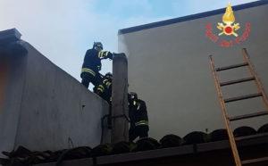 Incendio in un'abitazione a Borgia, salva coppia di anziani