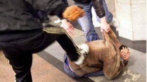 Violenta aggressione in centro, 20enne pestato a sangue davanti ai passanti