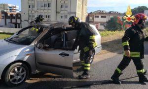 Auto in fiamme a Soverato, illeso il conducente