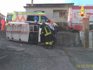 Furgone si ribaltata in un cortile, ferito il conducente