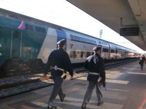 Ubriache e senza biglietto del treno spaventano viaggiatori, due donne denunciate