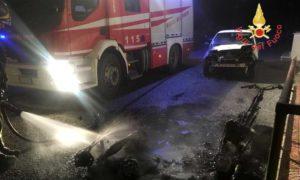 Due scooter e un'auto in fiamme nella notte nel catanzarese