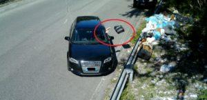 Lancia il sacchetto dei rifiuti dal finestrino, multato