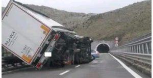 Forte vento in Calabria, mezzi ribaltati e traffico chiuso sull'A2