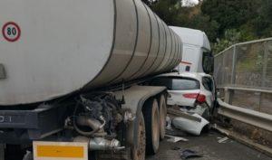 Auto finisce sotto un camion sulla Ss 106, medico in gravi condizioni