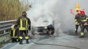 Auto improvvisamente in fiamme sull'A2, sul posto i vigili del fuoco